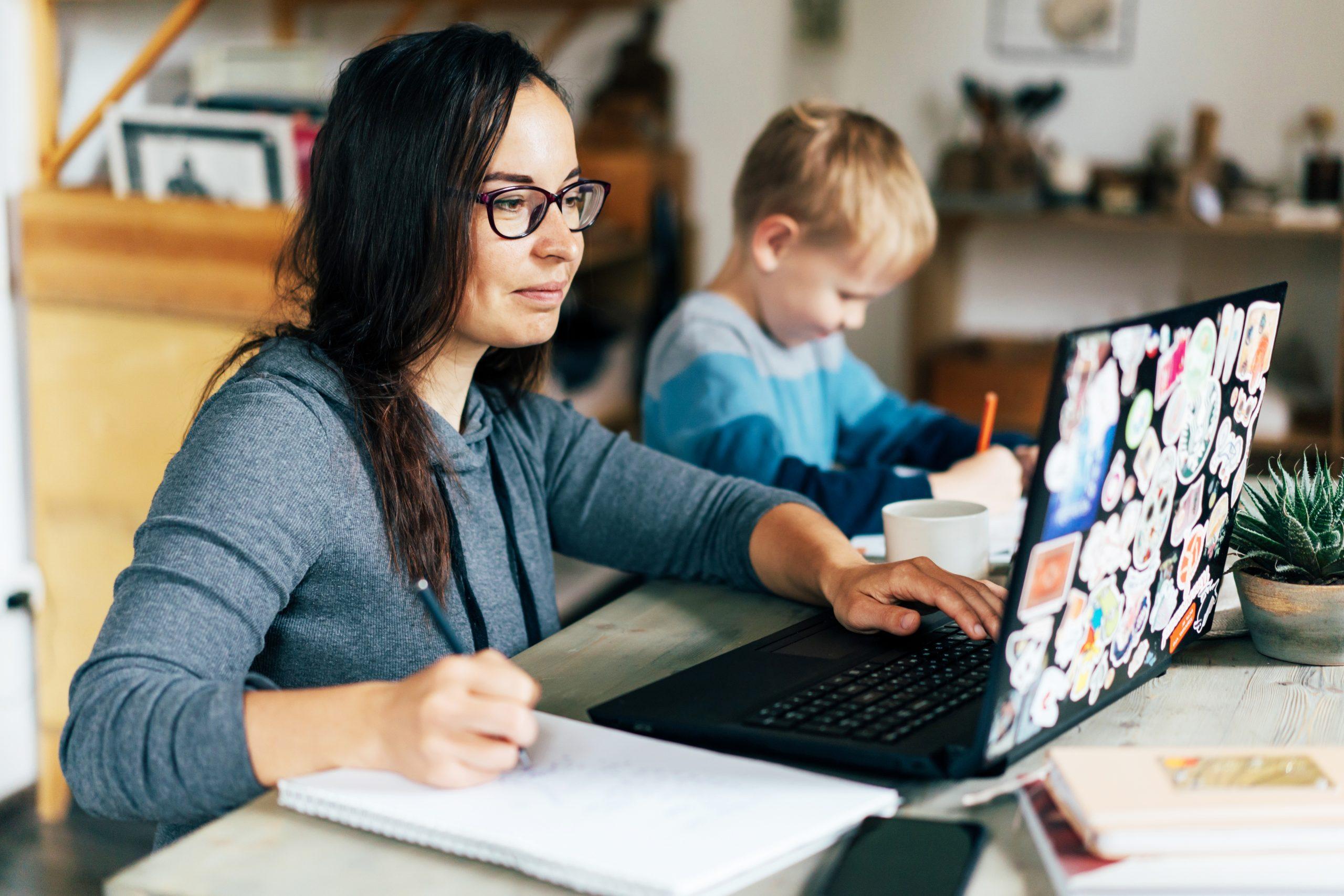 Mães conseguem na justiça o direito de permanecerem em home office